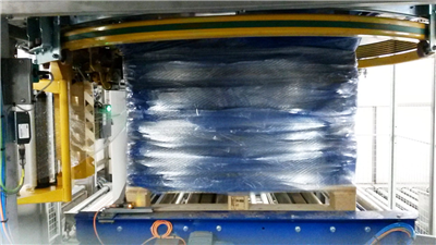 COMBINED PALLETIZING AND STRETCH WRAPPER FROM HOLMEK PALLETERING
